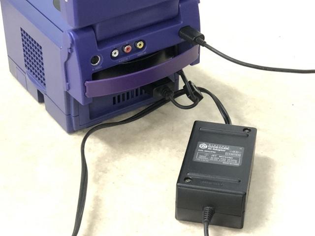 5インチ TFTモニターとゲームキューブにACアダプターを差し込む